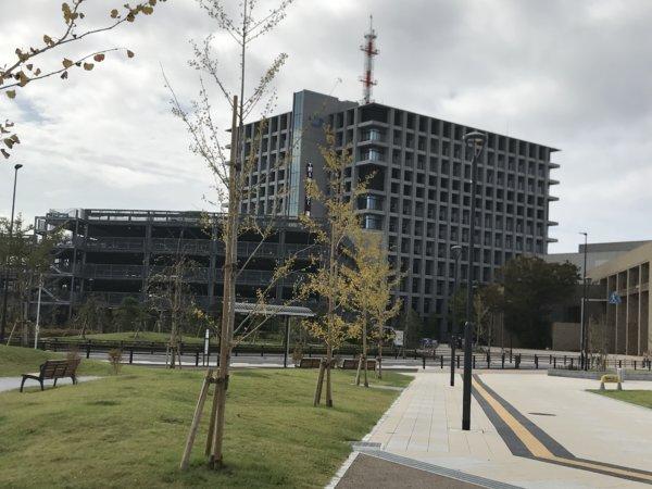 浦安市役所と立体駐車場